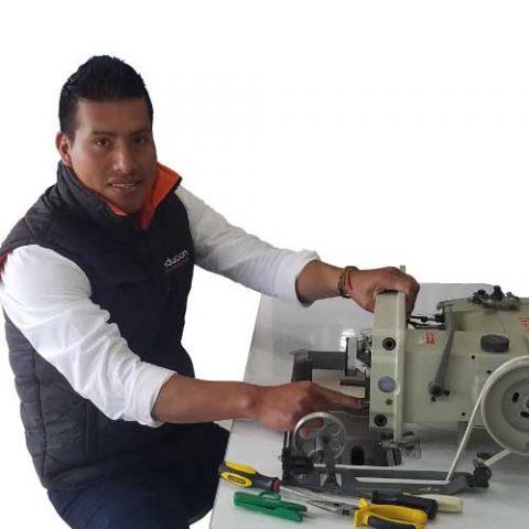 Jhonny Baque técnico en máquinas de coser